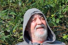 Szczęśliwy Starszy mężczyzna w kapiszonu śmiać się z bliska Zdjęcie Royalty Free