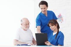 Szczęśliwy starszy pacjent i lekarki Fotografia Stock