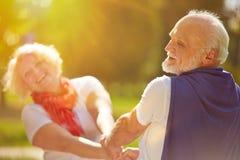 Szczęśliwy starszy para taniec w słońcu Zdjęcie Royalty Free