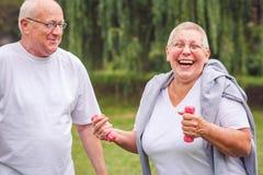 Szczęśliwy starszy pary ćwiczenie w parku zdjęcia stock