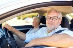 Szczęśliwy starszy pary jeżdżenie w samochodzie Obrazy Stock