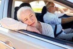 Szczęśliwy starszy pary jeżdżenie w samochodzie Zdjęcie Stock