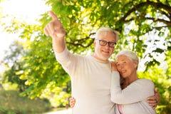 Szczęśliwy starszy pary przytulenie przy lato parkiem Zdjęcia Royalty Free