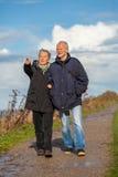 Szczęśliwy starszy starszy pary odprowadzenie na plaży Obraz Royalty Free