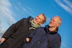 Szczęśliwy starszy starszy pary odprowadzenie na plaży obrazy stock