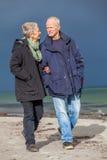 Szczęśliwy starszy starszy pary odprowadzenie na plaży fotografia stock