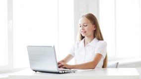 Szczęśliwy studencki działanie z laptopem