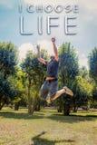 Szczęśliwy styl życia, Wybiera życie tekst, skok niebo zdjęcie stock