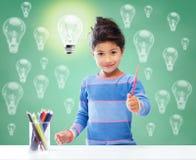 Szczęśliwy szkolny dziewczyna rysunek z kolorystyka ołówkami fotografia stock