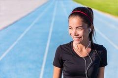 Szczęśliwy szlakowy działający dziewczyna biegacz słucha muzyka Obraz Stock
