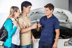 Szczęśliwy technik Bierze samochodów klucze Od pary Obrazy Royalty Free