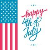 Szczęśliwy 4th Lipa usa dnia niepodległości kartka z pozdrowieniami z amerykańskim flaga państowowa i ręki literowania teksta pro Obrazy Royalty Free