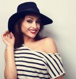 Szczęśliwy toothy uśmiechnięty makeup kobiety model w czarnych eleganckich kapeluszy wi Fotografia Stock