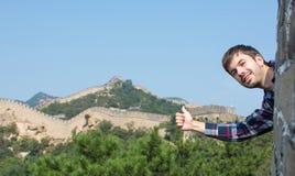 Szczęśliwy turysta na wielkim murze Chiny obraz royalty free