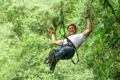 Szczęśliwy turysta Na zamek błyskawiczny linii wycieczce turysycznej Zdjęcie Stock