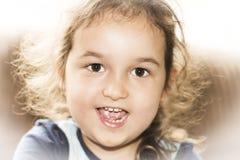 Szczęśliwy twarzy małej dziewczynki ono uśmiecha się Obrazy Stock