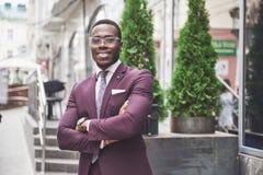 Szczęśliwy uśmiech pomyślny amerykanin afrykańskiego pochodzenia biznesmen w kostiumu zdjęcie stock