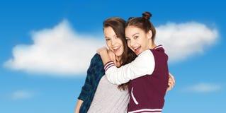 Szczęśliwy uśmiecha się ładny nastoletnich dziewczyn ściskać Fotografia Royalty Free