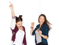 Szczęśliwy uśmiecha się ładny nastoletnich dziewczyn tanczyć Zdjęcie Royalty Free