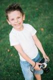 Szczęśliwy uśmiechnięty śliczny dzieciak z ekranową kamerą zdjęcia royalty free