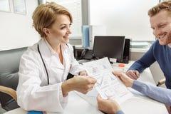 Szczęśliwy uśmiechnięty żeński medico działanie Obrazy Royalty Free