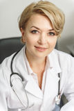 Szczęśliwy uśmiechnięty żeński medyczny advisor Obrazy Royalty Free