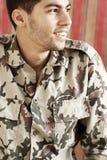 Szczęśliwy uśmiechnięty arabski egipski młody człowiek w militarnym kostiumu Zdjęcia Royalty Free