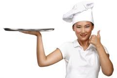 Szczęśliwy uśmiechnięty azjatykci chiński kobieta szef kuchni przy pracą Obraz Stock