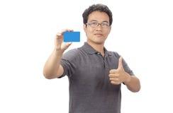 Szczęśliwy uśmiechnięty biznesowy mężczyzna pokazuje pustego businesscard fotografia stock