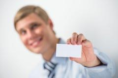 Szczęśliwy uśmiechnięty biznesowy mężczyzna pokazuje pustego businesscard i dreami zdjęcie royalty free