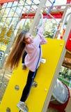 Szczęśliwy uśmiechnięty cutu małej dziewczynki dziecko na boiska wyposażeniu obrazy stock