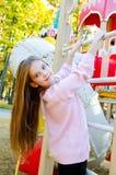 Szczęśliwy uśmiechnięty cutu małej dziewczynki dziecko na boiska wyposażeniu fotografia royalty free
