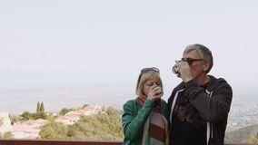 Szczęśliwy, uśmiechnięty dorośleć pary pije wino outdoors Uściśnięcia, szczęśliwy długie życie zbiory