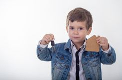 Szczęśliwy uśmiechnięty dzieciaka pokazywać klucze ich rodzinny nowy dom obrazy stock