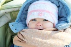 Szczęśliwy uśmiechnięty dziecko portret w ciepłym odziewa w żakiecie Zima pogodowy kombinezon Obrazy Royalty Free