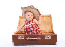 Szczęśliwy uśmiechnięty dziecko w słomianego lata kapeluszowym obsiadaniu na walizce Obraz Stock