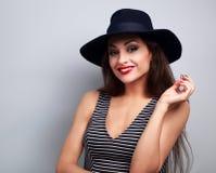Szczęśliwy uśmiechnięty kobieta model w czarny elegancki kapeluszowy patrzeć na błękicie Fotografia Stock