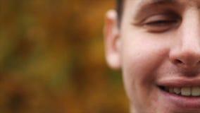 Szczęśliwy uśmiechnięty mężczyzna relaksować Portret uśmiechnięty i patrzeje kamerę szczęśliwy facet zbiory wideo