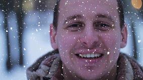 Szczęśliwy uśmiechnięty mężczyzna relaksować Portret uśmiechnięty i patrzeje kamera śnieżnego skutek szczęśliwy facet zbiory wideo