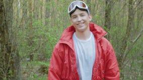 Szczęśliwy uśmiechnięty mężczyzna w czerwieni zbiory wideo