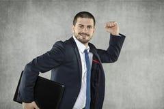 Szczęśliwy uśmiechnięty młody biznesowy mężczyzna fotografia stock