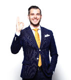 Szczęśliwy uśmiechnięty młody biznesowy mężczyzna z aprobatami gestykuluje obrazy royalty free