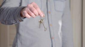Szczęśliwy uśmiechnięty młody człowiek pokazuje parę klucze ich nowy dom zbiory wideo