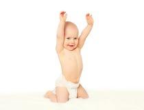 Szczęśliwy uśmiechnięty mały dziecko bawić się na łóżku fotografia royalty free