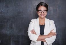 Szczęśliwy uśmiechnięty nauczyciel na blackboard obraz royalty free