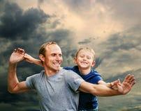Szczęśliwy uśmiechnięty ojciec i syn Zdjęcie Stock