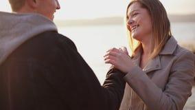 Szczęśliwy uśmiechnięty para stojak przy jeziorem i pieści each inny zdjęcie wideo