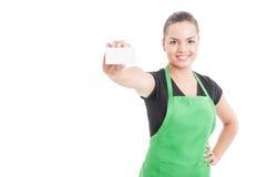 Szczęśliwy uśmiechnięty pracownik wręcza pustą wizyty kartę Zdjęcie Royalty Free