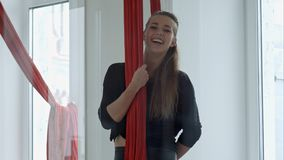 Szczęśliwy uśmiechnięty słupa tancerz opowiada kamera Obraz Royalty Free
