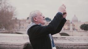 Szczęśliwy uśmiechnięty starszy Europejski mężczyzna bierze smartphone fotografię Rzym, Włochy na emerytura wakacje wycieczki zwo zbiory wideo